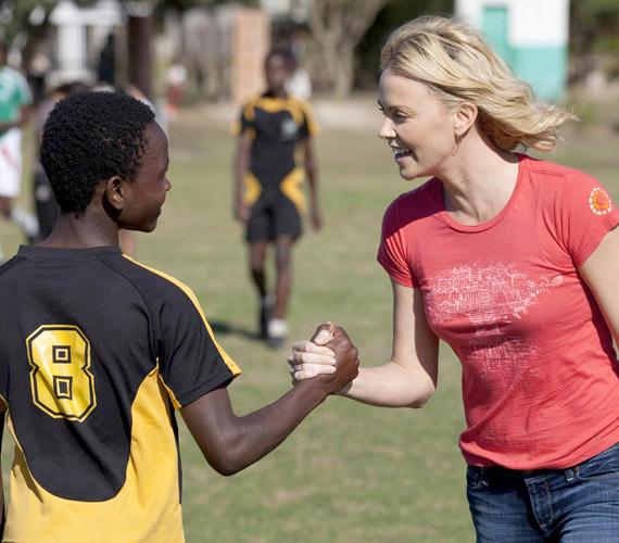 Szívén viseli a rossz körülmények között élő gyerekek sorsát, ő maga 2012 márciusában fogadott örökbe egy Jackson nevű afroamerikai kisfiút.