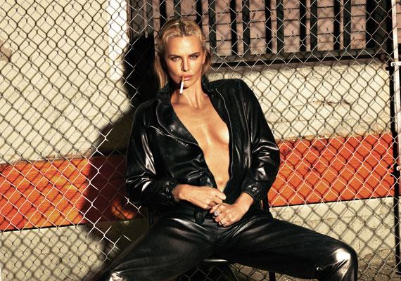 Charlize Theron már máskor is eleget tett a W magazin felkérésének. Ilyen dögös fotó is készült róla.