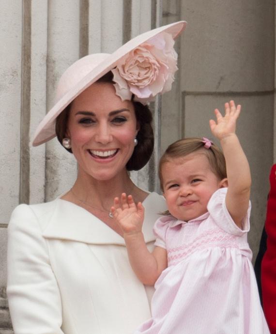 Charlotte hercegnő most először integetett az alattvalóknak. Láthatóan élvezte első nyilvános szereplését, ahol nem csak repülőket, de 1400 katonát, 200 lovat és több mint 400 zenészt is láthatott az erkélyről.