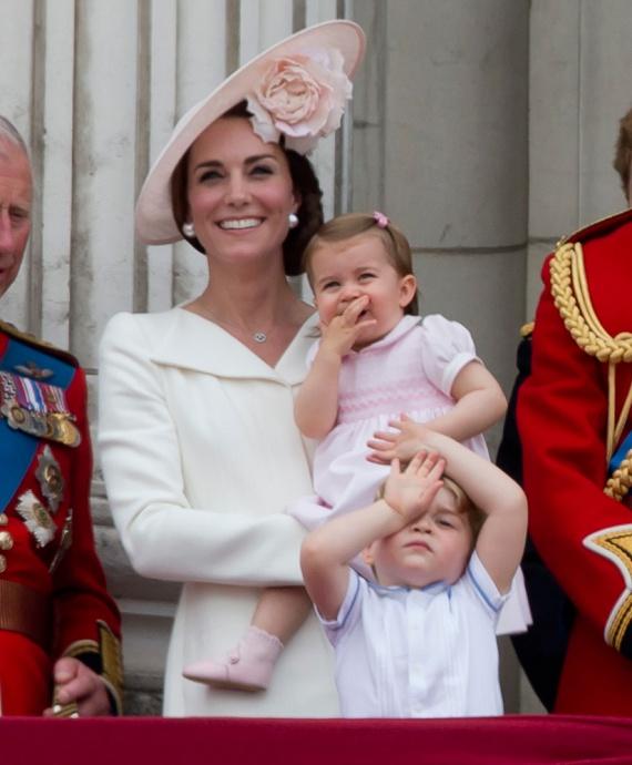 Míg Charlotte hercegnő ujját szopogatta a légi bemutató és a lovas felvonulás alatt, addig György herceg unottan grimaszolt egyet.