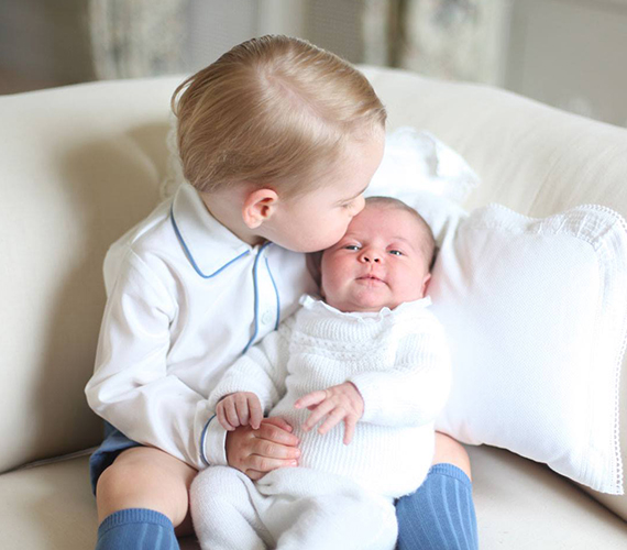 Már az első fotón jól látszik, hogy a herceg teljesen odáig van csöppnyi kishúgáért, hiszen ha nem így lenne, a baba nem kapott volna ekkora puszit a homlokára.