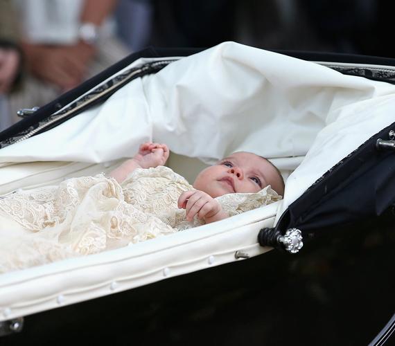 Ez az egyik legédesebb fotó Charlotte hercegnőről. Itt éppen az látható, amint gügyögve nézelődik a babakocsiból, amelyben anyukája a keresztelőre viszi éppen.