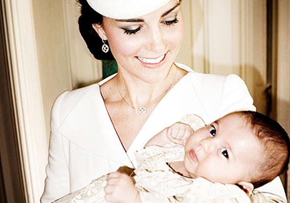 A fotót a híres Mario Testino készítette a hercegnő keresztelőjén, 2015. július 5-én.