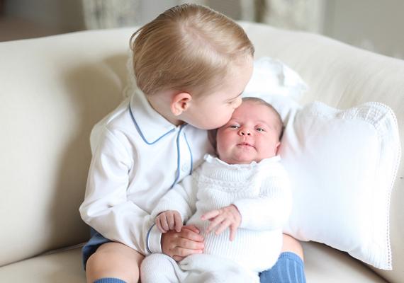 Egy internetes szavazáson ezt a képet választották meg az olvasók a kis hercegnő legcukibb fotójának. Meg is értjük, bűbájos, ahogy bátyja homlokon csókolja Charlotte-ot.