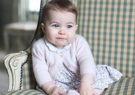 Míg bátyja, György herceg inkább a jóképű édesapjára hasonlít, a kis Charlotte anyukája gyönyörű vonásait örökölte.