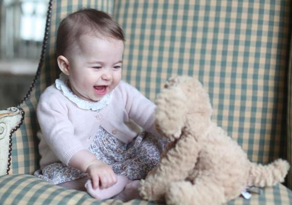 Charlotte hercegnő nagyon boldog kislány, a fotón is hatalmasakat kacag a plüsskutyáján.