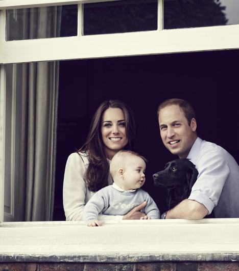 Anyák napja  2014-ben, anyák napján készült ez a gyönyörű felvétel az akkor még csak háromtagú hercegi családról.  Kapcsolódó cikk:  Elképesztően cuki, ahogy György herceg a királynőt becézi!