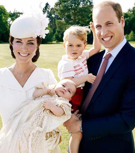 Charlotte hercegnő keresztelője  Ez az első hivatalos fotó a négytagúra bővült hercegi családról. Eldönthetetlen, hogy melyik gyerkőc az aranyosabb.  Kapcsolódó cikk:  Pippa Middleton hercegnőnek hitte magát!