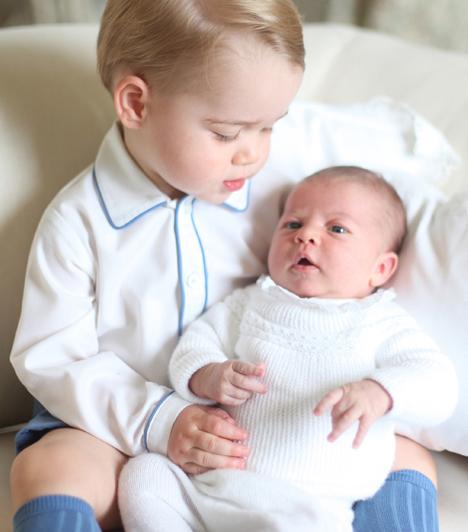 Az első közös képek  Június elején a Kensington-palota közzétette az első közös fotókat a hercegi testvérekről. A négy képet Katalin hercegnő készítette.  Kapcsolódó cikk:  Faképnél hagyták Charlotte hercegnőt!