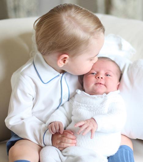 Az első puszi a nagytesótól  A hercegnőnek sikerült azt a pillanatot is megörökítenie, amikor nagyobbik gyermeke homlokon puszilja kishúgát, Charlotte hercegnőt. Ugye, milyen édes?  Kapcsolódó cikk:  Így fog kinézni Charlotte hercegnő 18 évesen!