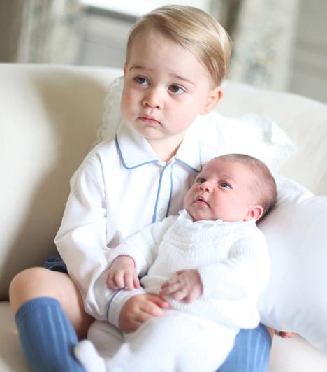 Látszik a hasonlóság  A vak is láthatja, hogy György herceg és Charlotte hercegnő testvérek, hiszen pufók arcocskájuk már most nagyon hasonlít.  Kapcsolódó cikk:  Édes fotókon Katalin és György a játszótéren!