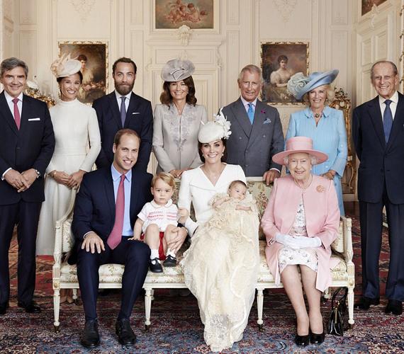 A családot együtt ábrázoló kép bal oldalán a Middleton család látható, a jobb oldalon pedig a királyi család tagjai. Középen természetesen a négytagú hercegi família és a királynő foglal helyet.