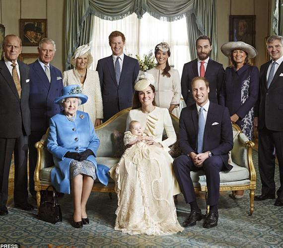 Ez a kép nagyjából két éve, György herceg keresztelőjén készült. A testvérek ugyanazt a ruhácskát viselték a ceremóniákon.