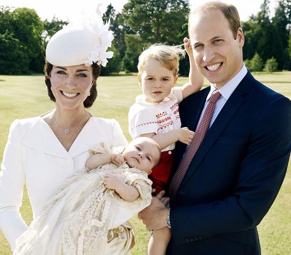Ez az első olyan kép a hercegi családról, amelyen együtt szerepelnek mindannyian. Katalin hercegnő és Vilmos herceg láthatóan nagyon büszkék gyönyörű, no meg persze cuki gyermekeikre.