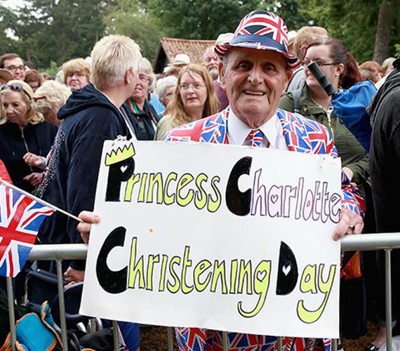 A templom előtt hatalmas volt a tömeg, nagyon sokan voltak kíváncsiak a királyi családra, legfőképpen pedig Charlotte hercegnőre, akinek ez volt a harmadik nyilvános szereplése születése óta.