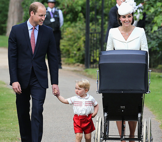 Gyalogosan érkezett meg gyermekeivel a templomhoz Vilmos herceg és Katalin hercegnő. A rájuk várakozó rajongók üdvrivalgással köszöntötték őket. A babakocsiban pedig ott ficánkolt a 2 hónapos Charlotte hercegnő.
