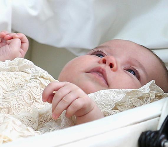 Charlotte hercegnő nagyon élvezte a babakocsis sétát, de annak már kevésbé örült, amikor anyukája kivette onnan.