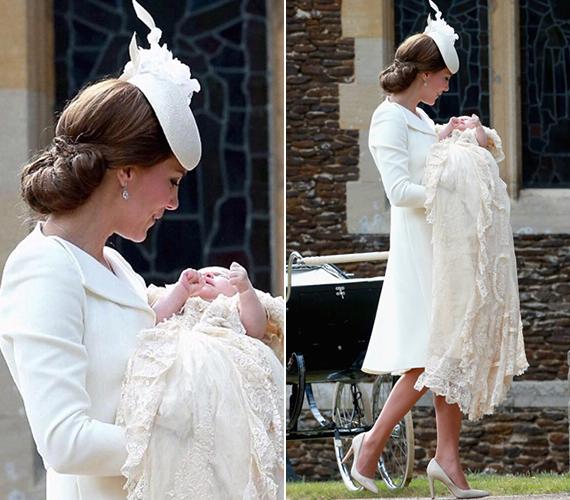 Amikor a templom kapujában Katalin hercegnő kiemelte a kocsiból Charlotte hercegnőt, a baba sírni kezdett. Ezt a pillanatot kapták le a fotósok.