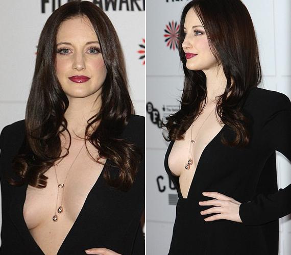 A ruha nem sokat bízott a fantáziára, és csak egy kicsin múlott, hogy a színésznő ne villantsa meg melleit.