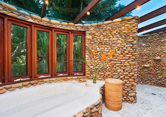 Az egyik fürdő kavicsokkal lett kirakva, a tető pedig üvegből van.