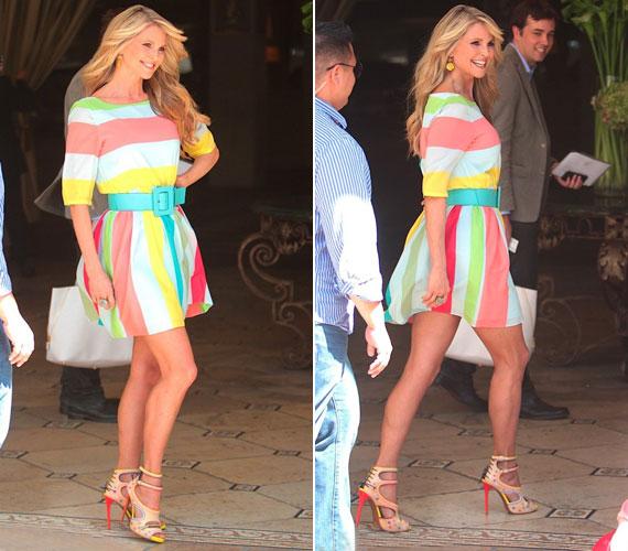 Csodás alakját csak még jobban kihangsúlyozta a színes nyári ruhához illő babakék öv.