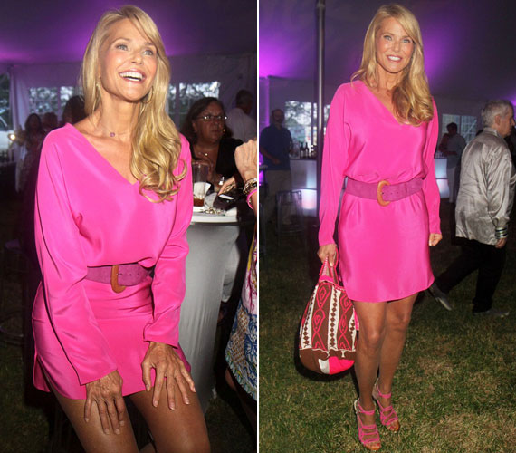 Az elmúlt hetekben a lányaival Hamptonsban nyaralt, ahol augusztus közepén egy jótékonysági eseményen mutatta meg legendás virgácsait. Pink ruhájában feleannyi idősnek nézett ki, mint amennyi valójában.