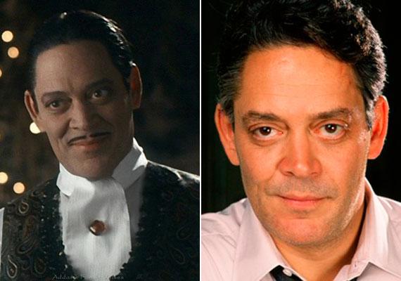A feleségét és gyermekeit imádó Gomez Addamsnél, azaz a Golden Globe-díjas Raúl Juliánál a film második része után nem sokkal, 1993-ban rákot diagnosztizáltak, 1994-ben pedig otthonában hunyt el. Csupán 54 éves volt.
