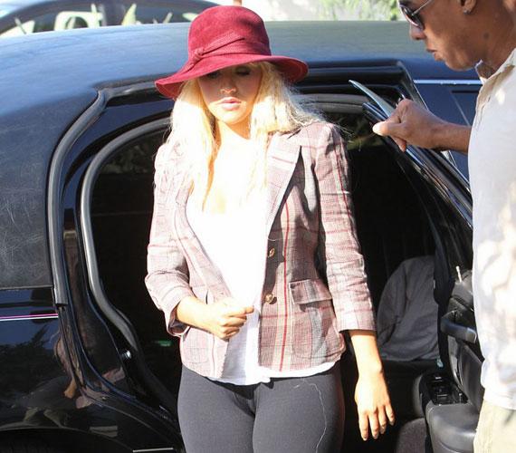Christina Aguilera formás és telt vonalait látva örömmel konstatálhatjuk, hogy így is jól érzi magát a bőrében.