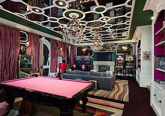 Kicsit merész a színösszeállítás, és talán túl zsúfolt is a szoba. A biliárdasztal is rózsaszín filcezést kapott.