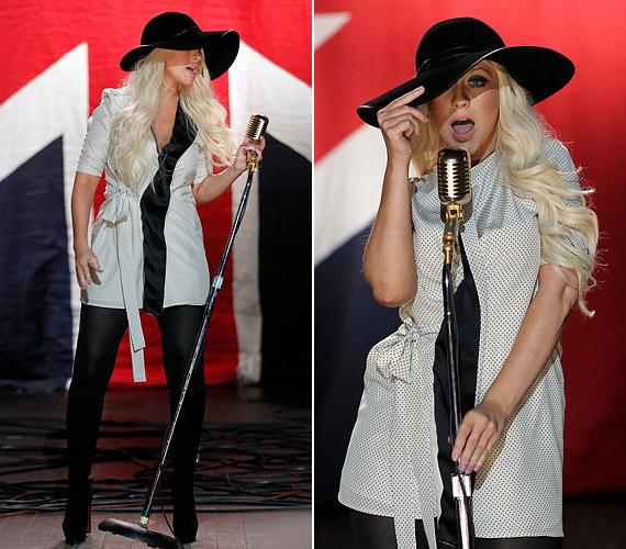 Az énekesnő láthatóan jól érzi magát a bőrében.