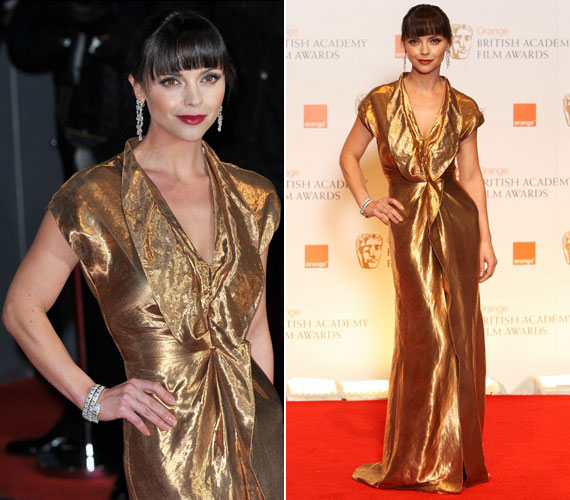 Christina Ricci, a True Blood sztárja nem elégedett meg a visszafogott csillogással, Givenchy ruhája és cipője is aranyból volt, de nem mondott le az ékkövekkel díszített Bulgari ékszerekől sem.