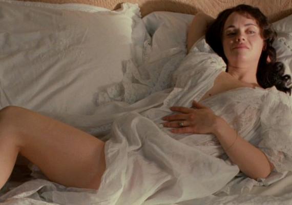 Clotilde karaktere az eredeti Maupassant-regényhez képest sokkal kikapósabb és keményebb lett.