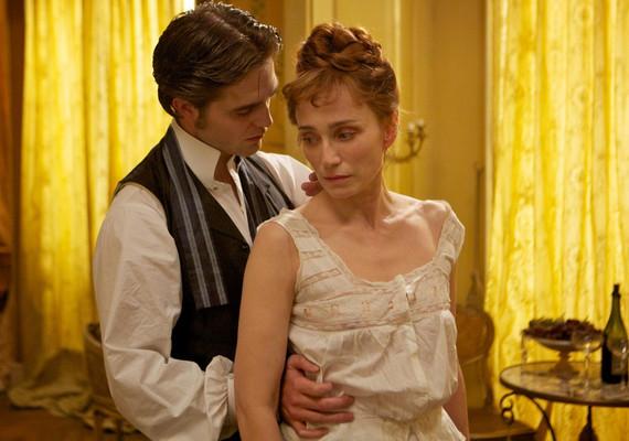Pattinson karaktere, Georges Duroy persze nem éri be egyetlen nővel. Gátlástalansága és hatalomvágya egyik áldozata Kristin Scott Thomas is.