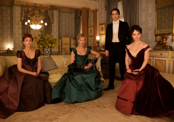 A hatalom nem a férfiak kezében van, a feleségeik döntenek helyettük. Georges Duroy három - egymással baráti kapcsolatban álló - nő segítségével kapaszkodik fel az elit körökbe, hogy végül előnyös házasságot kössön.