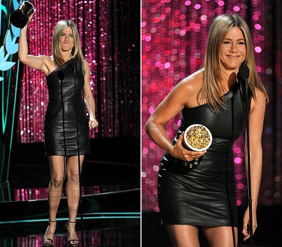 Jennifer Aniston szexi bőrruhában vette át díját.