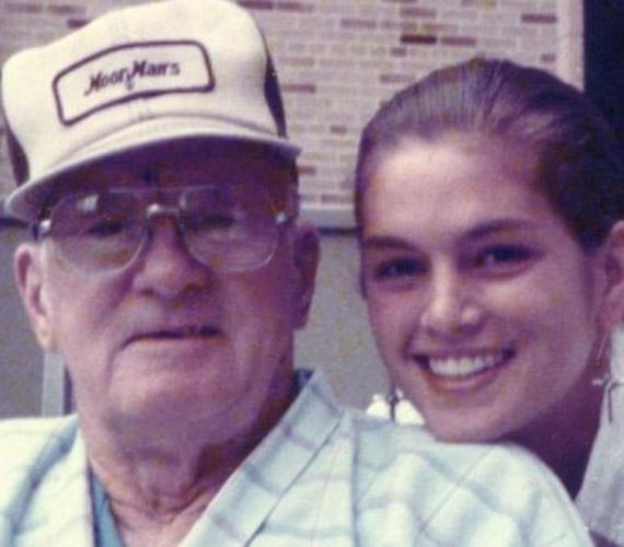 A modell életében nagyon fontos a család, nagyszüleivel is szoros kapcsolatot ápol. A képen nagypapájával látható.