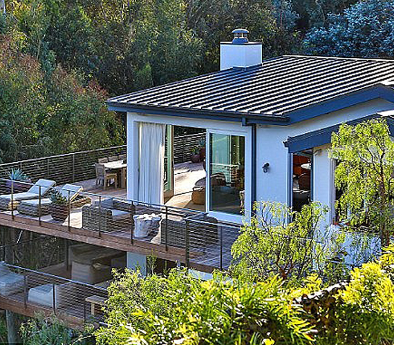 Ilyen kívülről Cindy Crawford malibui luxusháza, melynek teraszáról látni a tengert. Az ingatlan egy 4 négyzetkilométeres telken helyezkedik el, a lakótér 500 négyzetméter.