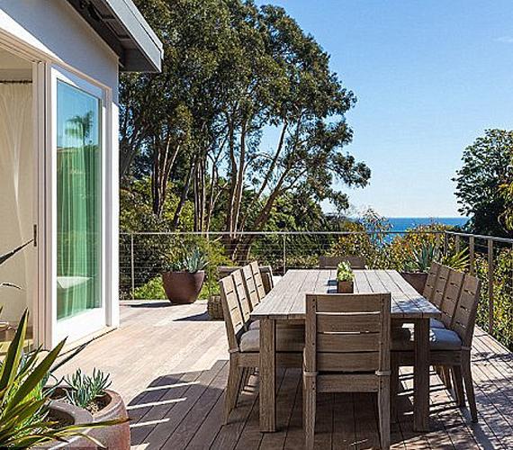 A ház másik teraszán egy kisebb ebédlő van berendezve, hogy szép idő esetén kint lehessen elkölteni a családi reggelit, ebédet vagy vacsorát.