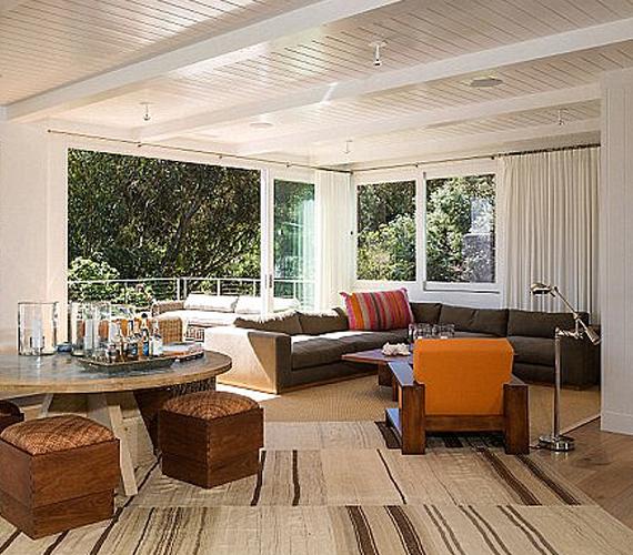 Ez a legnagyobb nappali a házban, amelyről egyenesen nyílik a terasz, ahonnan ellátni a tengerig. Kinek kellene ennél több?