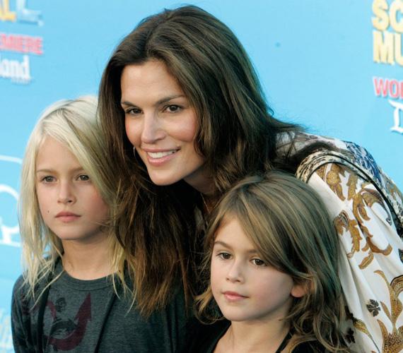 Amíg Presley hosszú hajat viselt, Kaia gyönyörű nővérének nézték. A kisfiú is anyajegyet visel az arcán, csak nem azon az oldalon, ahol anyja.