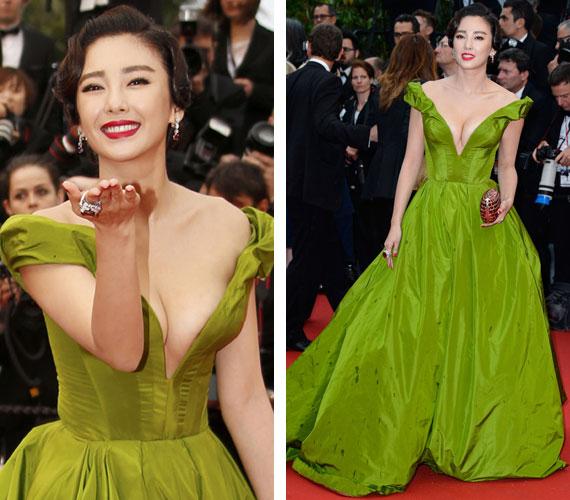 Zhang Yuqi kínai színésznő az Ulyana Sergeenko couture estélyiben az est emlékezetes sztárja volt, köszönhetően a ruha élénkzöld színének és a zavarba ejtő dekoltázsnak.