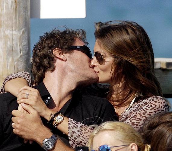 A szupermodell 1998-ban ment feleségül Rande Gerberhez, két közös gyermekük született: Presley Walker és Kaia Jordan.