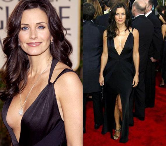 A 2003-as Golden Globe díjátadón szintén nem rejtegette dekoltázsát. Érdekesség, hogy barátnőjét, Jennifer Anistont ekkor díjazták a Jóbarátokban játszott szerepéért. 2004-ben aztán a tizedik évaddal befejeződött a sorozat.