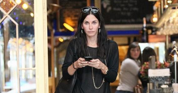 A színésznő ismerőseivel ebédelt, ám úgy tűnik, nem tudták felvidítani a válófélben lévő barátnőjüket.