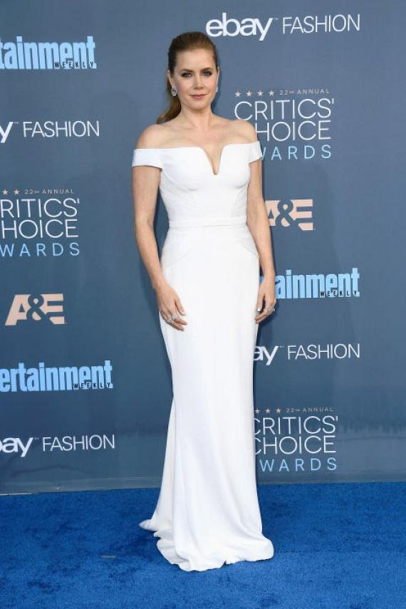 Amy Adams hófehérben tündökölt: királynőket megszégyenítő estélyi ruhája ráadásul fantasztikus dekoltázst varázsolt neki.