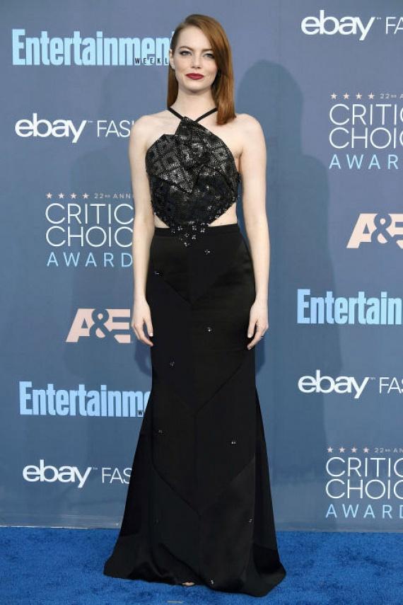 Emma Watson is az örök klasszikus fekete ruhára szavazott: ezúttal egy kétrészes, aszimmetrikus darabra esett a választása.