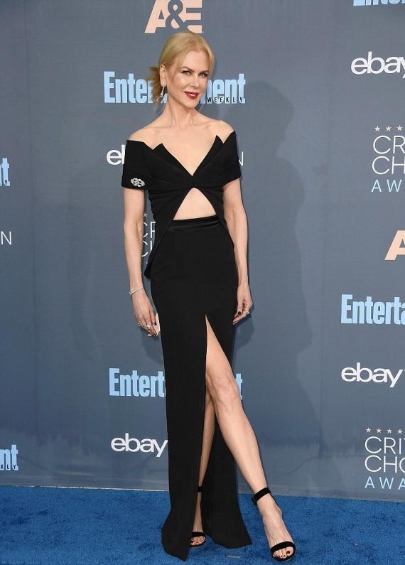 Nicole Kidman ámulatba ejtette a gála résztvevőit ebben a mélyen kivágott, magasan felsliccelt estélyiben, ami nem sokat takart gyönyörű alakjából.