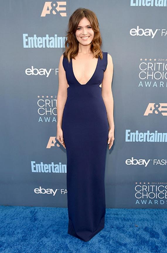 Mandy Moore sem spórolt a dekoltázssal: a színésznő egy mélyen kivágott, sötétkék maxiruhában jelent meg a rendezvényen.