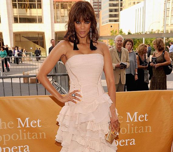 Az eseményen számos híresség, köztük Tyra Banks is tiszteletét tette, aki viszont az utóbbi időben egészségesen formás lett.