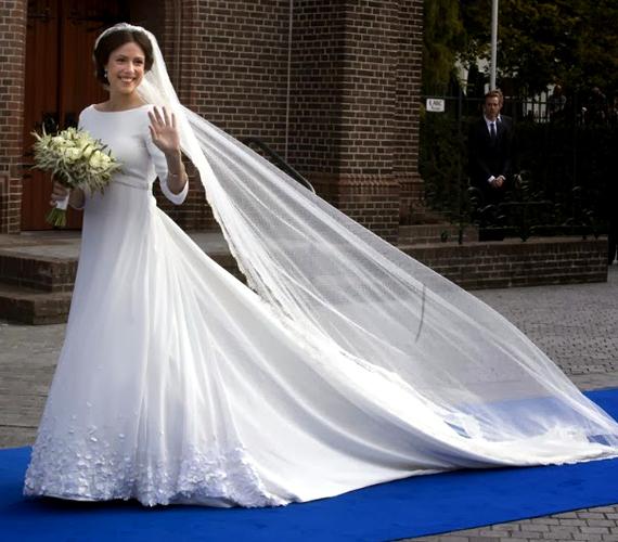 Rengeteg ember gyűlt össze a templom előtt és hatalmas ováció övezte a menyasszonyt, Cservenyák Viktóriát.